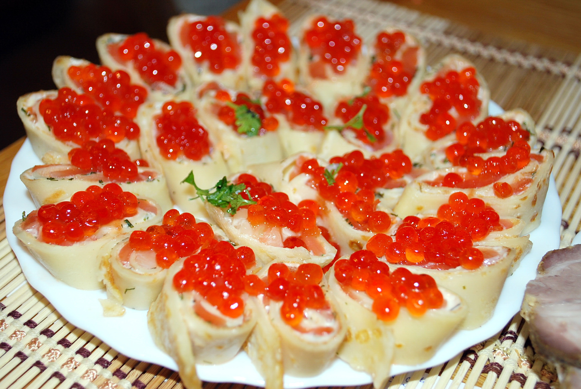 Закуска из блинов с красной рыбой и плавленным сыром