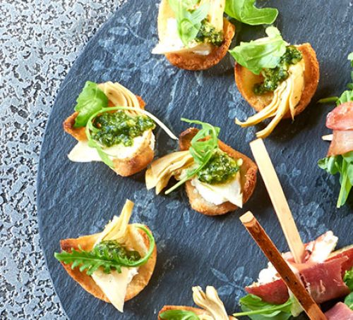 mini-crostini-with-goats-cheese-artichokes