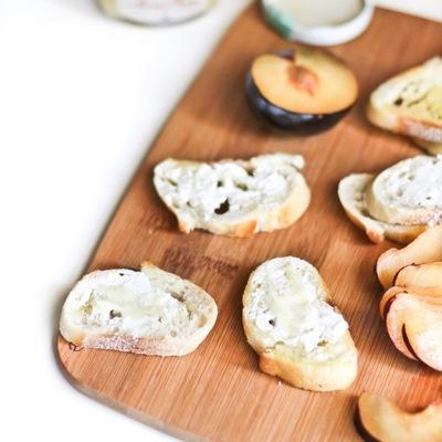 plum-and-prosciutto-crostini-02
