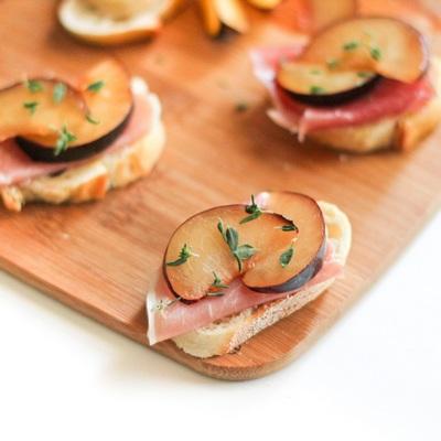 plum-and-prosciutto-crostini