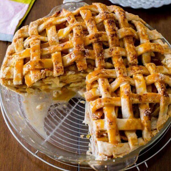 Американский яблочный пирог с соленой карамелью